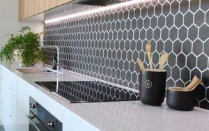 10 Inspirasi Keramik Dinding Dapur Hitam Putih, Area Memasak Jadi Mewah